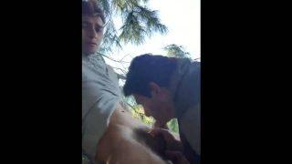 Chupando Pênis do jovem no meio do mato