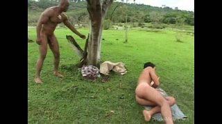 Homens cariocas dotados transando no gramado
