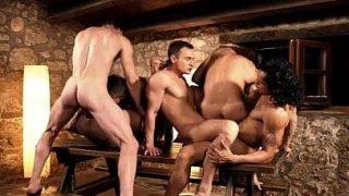 Suruba entre homens lindos e dotados metendo