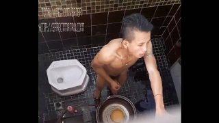 Tarado se masturbando no banheiro do Vestiario