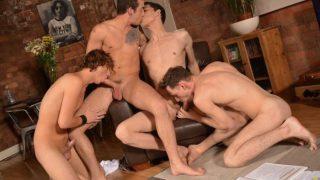 Sexo grupal gay entre amigos que adoram porno grupal