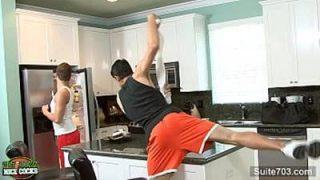 Amigos de cueca transando na cozinho apos o treino