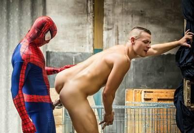 Homem aranha Gay metendo rola na bundinha do passivo